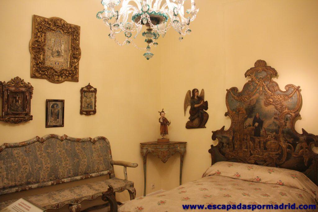 Dormitorio con típica cama de Olot