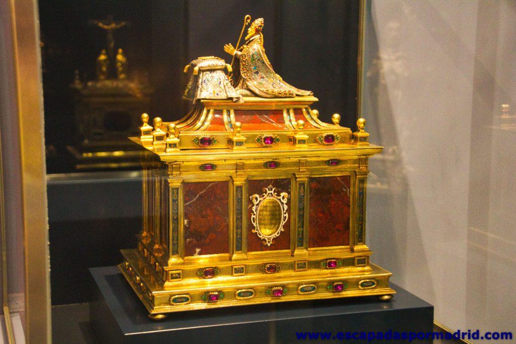 Relicario realizado en oro, plata y piedras preciosas