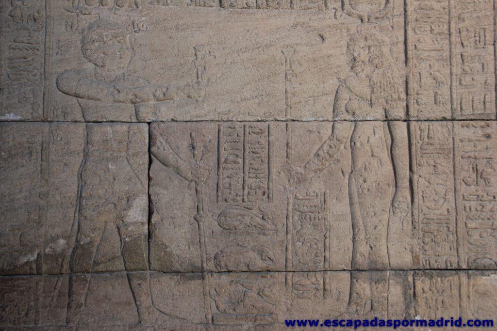 foto del emperador Augusto haciendo ofrenda a Isis