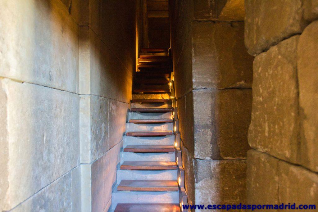 foto de escaleras de subida al piso superior