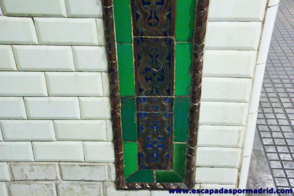 foto de azulejos utilizados para enmarcar los anuncios