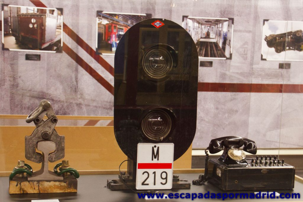 foto de teléfono y señales de balizamiento antiguas de Metro de Madrid