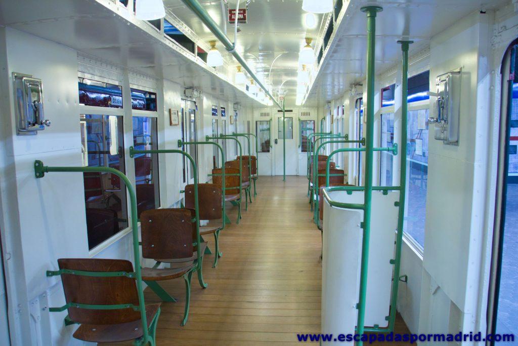 foto del interior de vagón de tren cásico del Metro de Madrid