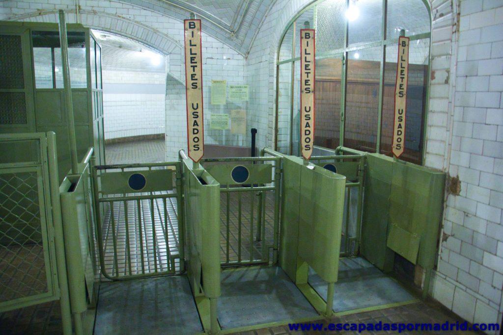foto de tornos de salida del metro
