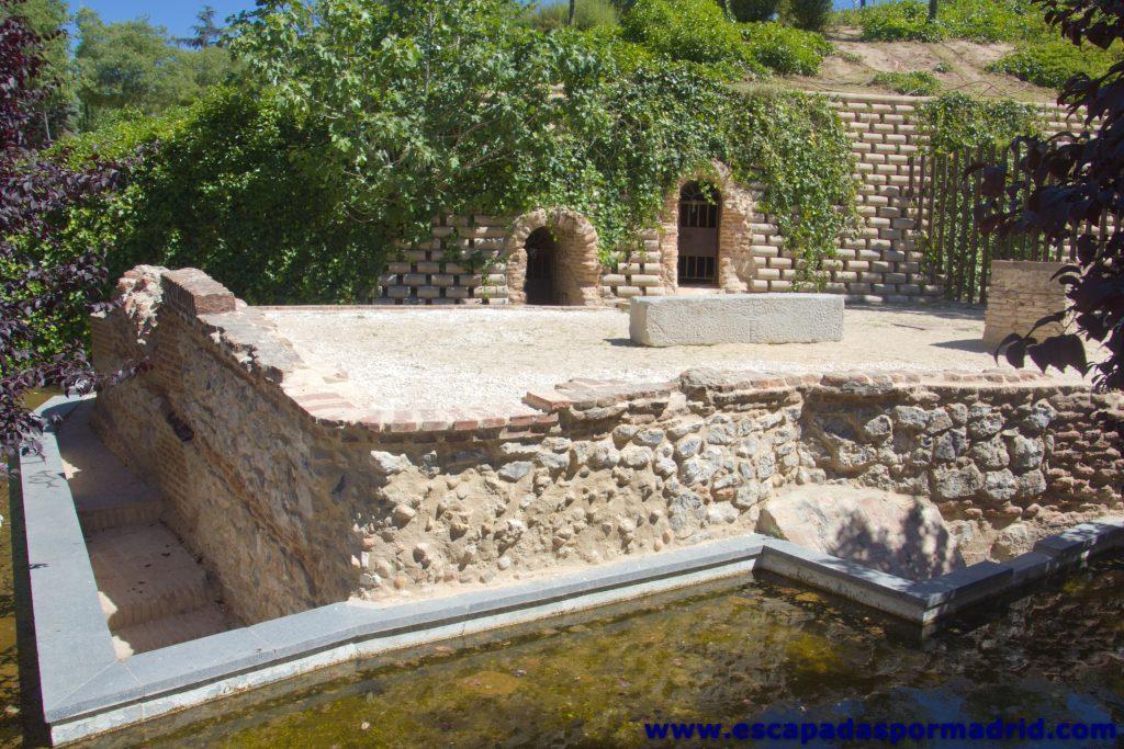 foto de la entrada al Viaje de Agua de Amaniel. En primer plano se ve el Arca