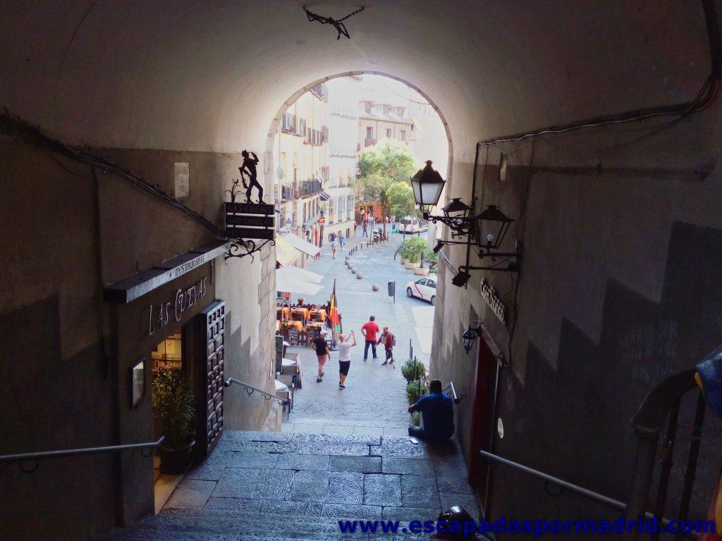 foto del Arco de Cuchilleros de la Plaza Mayor de Madrid
