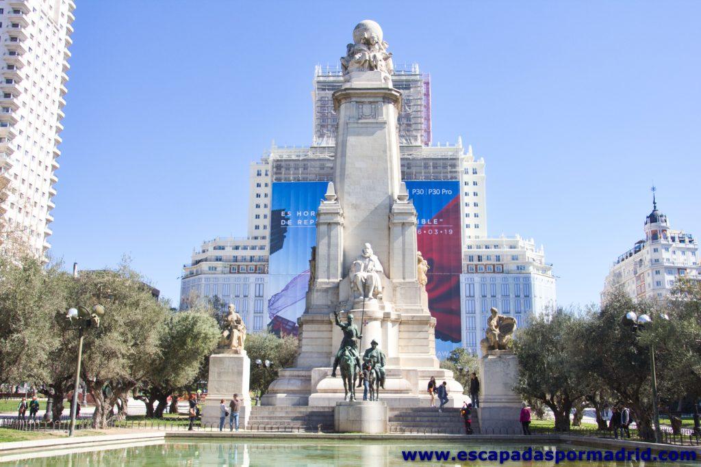 foto de la Reforma del Hotel Riu Plaza de España con el Monumento a Cervantes en primer plano