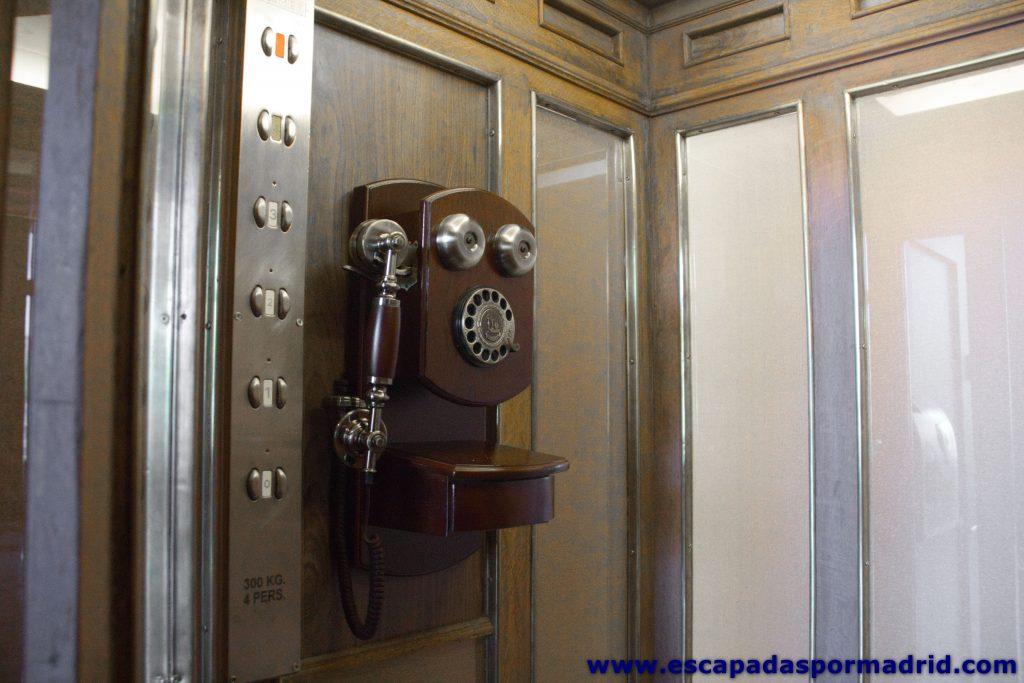 foto de Teléfono instalado en uno de los ascensores originales del hotel