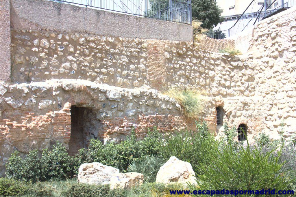 foto de Puertas en la Muralla Árabe procedentes de las casas que se asentaron sobre ella