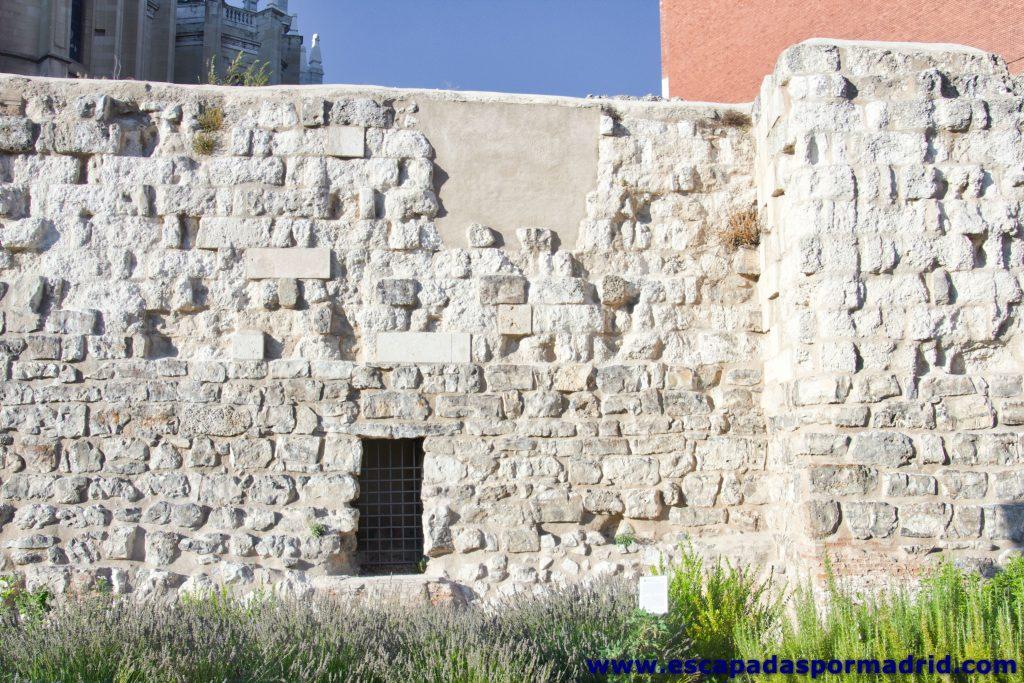 foto de Restos de una de las torres de la Muralla Árabe