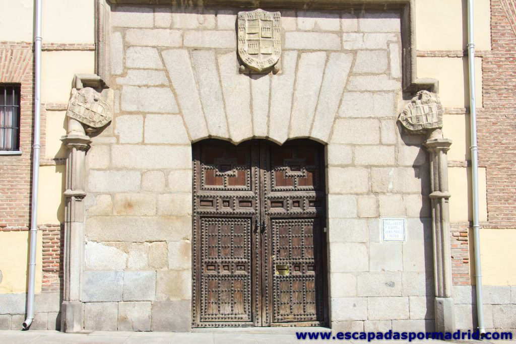 foto de los Escudos de la Portada Gótica de la Casa de los Lujanes