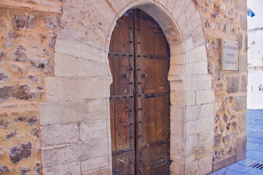 foto de la Puerta de la Sociedad Económica Matritense de Amigos del País