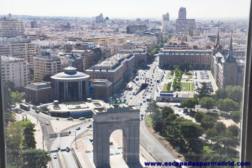foto de la Calle Princesa y Arco de la Victoria (conocido como Arco de Moncloa)