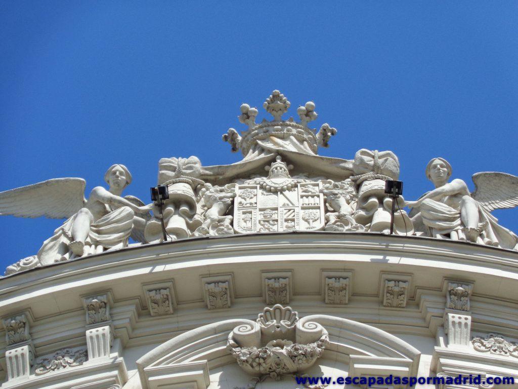 foto de las Figuras en la Parte superior del palacio